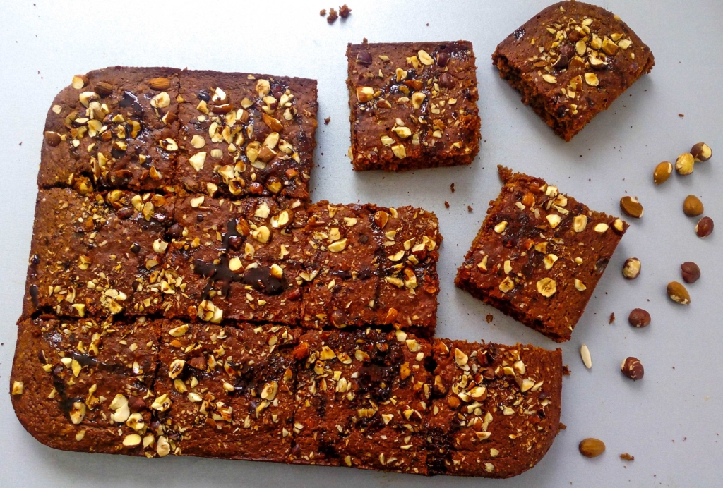 I came up with this recipe not so while ago, and everyone was thrilled! They loved these apple cider syrup and banana squares! Bananas gives this recipe very light and soft texture. You should REALLY TRY this recipe! | Healthy Food Recipes | simplyanchy.com
