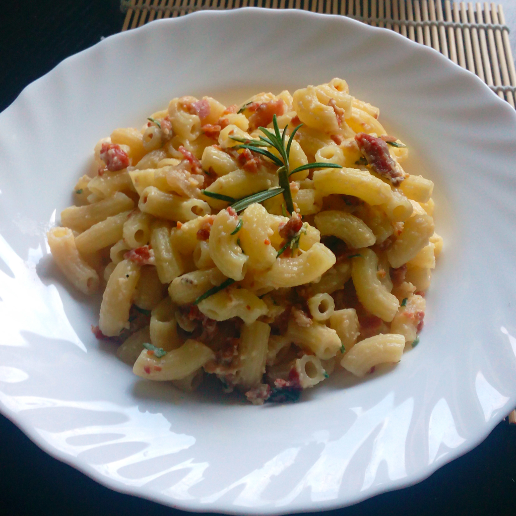 This recipe for Pasta Carbonara is done in just 15 minutes, and is made out of the staple ingerdients that we all keep in our fridge and pantry on the regular basis. Try this recipe! You will love it!   Healthy Food Recipes   simplyanchy.com