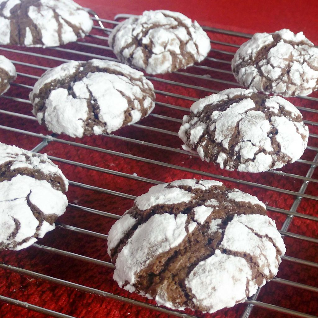 Crunchy on the outside and chewy on the inside, these chocolate crackle cookies are very delicious and have rich chocolate flavor. They are perfect for the Christmas holidays, but also for any time of the year when you want to taste a little bit of Christmas. Check out the recipe! | #chocolate #cracklecookies #crincklecookies #christmascookies | simplyanchy.com
