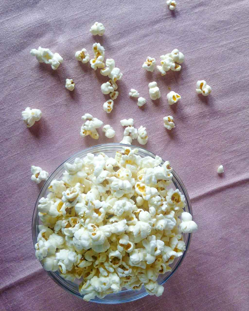 Basic Stovetop Popcorn Recipe - I really LOVE making my own popcorn. They are really EASY to make, cheap and healthy crunchy snack. All you need is a pot with a lid, a little bit of oil and popcorn kernels. Top them with anything you can imagine! | #popcorn #stovetoppopcorn #popcornrecipe #diypopcorn | simplyanchy.com