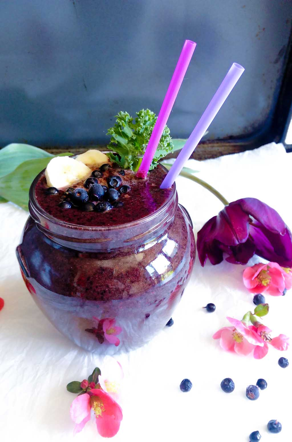 Green Blueberry Smoothie – refreshing and healthy smoothie recipe. All you need is a banana, frozen blueberries, baby spinach and kale. It is really CREAMY and DELICIOUS.   #greensmoothie #blueberrysmoothie #blueberries #smoothierecipe   simplyanchy.com