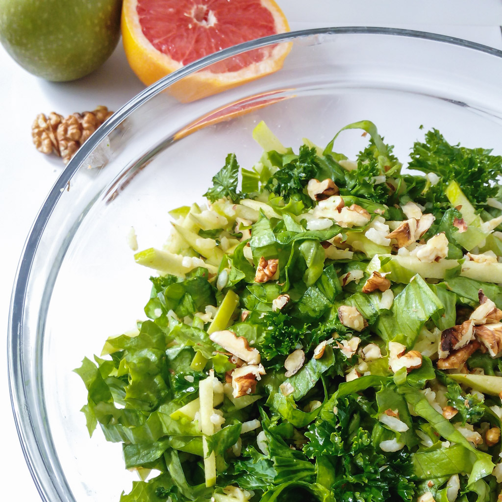 Green Lettuce Salad with Apple, Brown Rice and Walnuts – a simple and DELICIOUS spring salad. The contrast between the freshness of the lettuce, sweetness of the apples and tartness of the grapefruit juice will make this recipe one of your FAVORITES! | #springsalad #greenlettucesalad #greenlettuce #brownrice | simplyanchy.com
